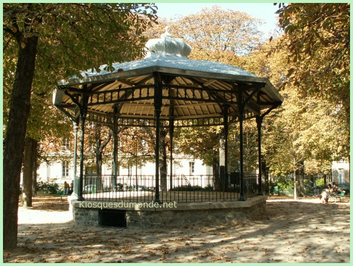 Paris square Necker kiosque